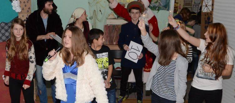 Воспитанники «Дороги к Дому» сыграли новогодний спектакль