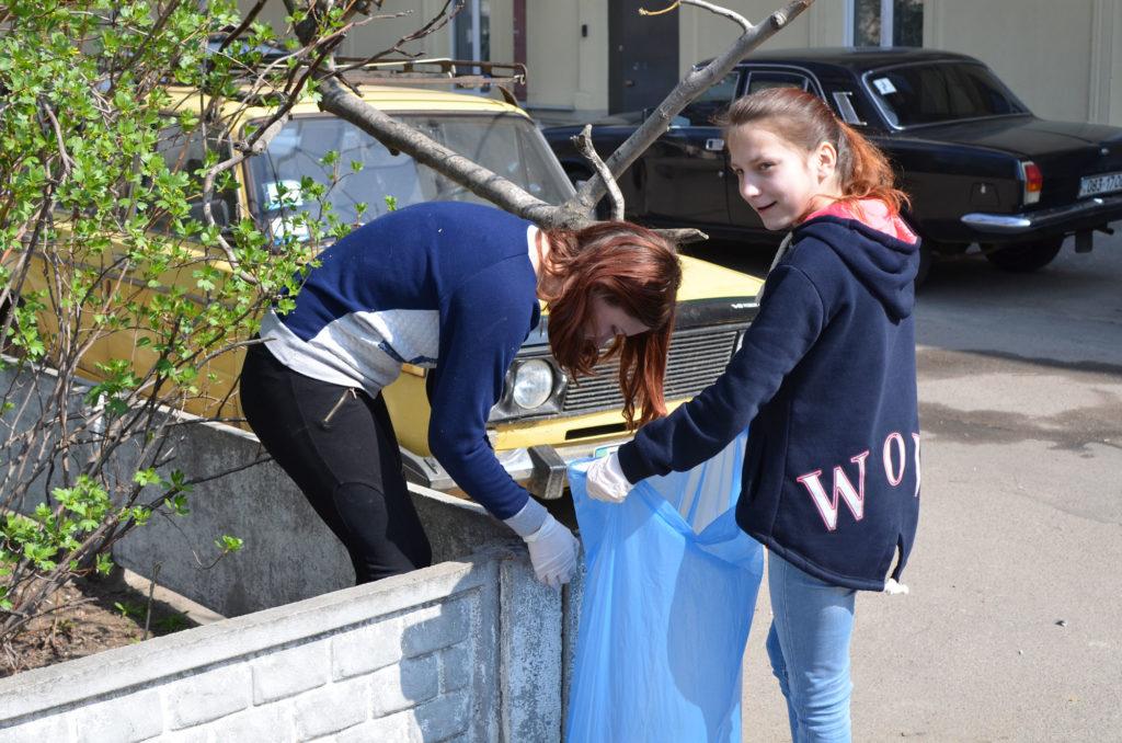 Воспитанники ОБФ «Дорога к Дому» провели субботник – очистили от мусора мини-парк в соседнем с Фондом дворе, и высадили там ростки сирени и шелковицы