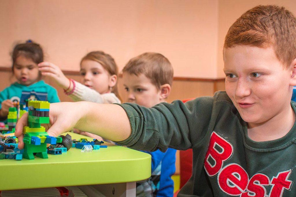 Детям из центра «Росток» подарили игровой уголок с конструктором Lego.