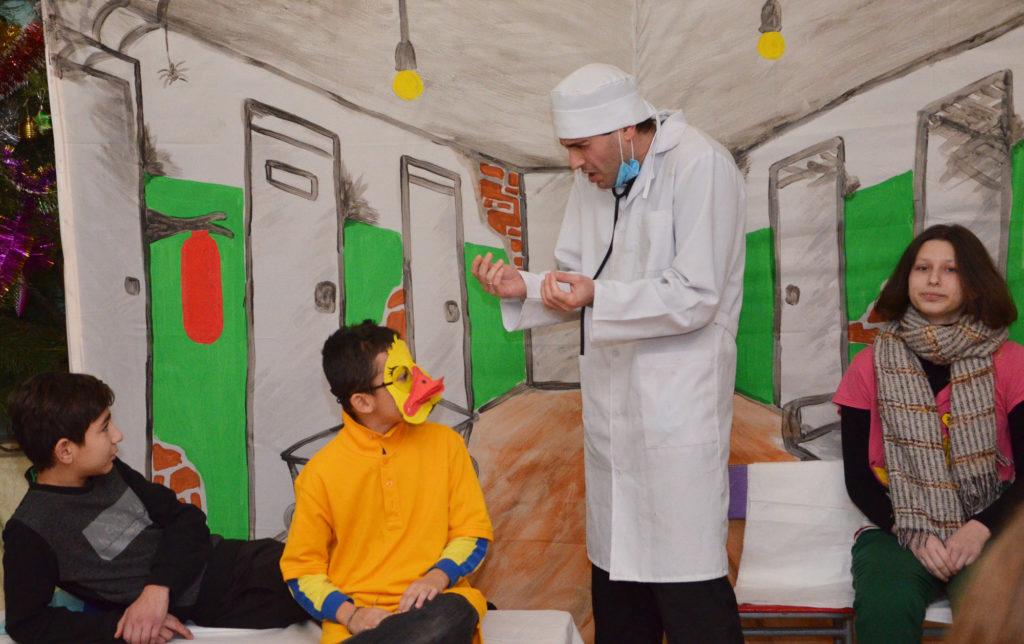 Дети из «Дороги к Дому» сыграли новогодний спектакль.
