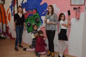 Дети украшают спортивный зал